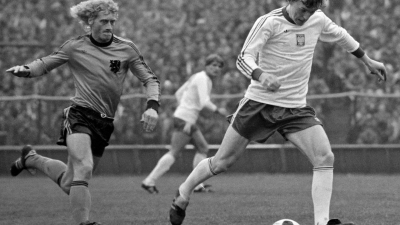 Poland vs Netherlands 2:0, Zbigniew Boniek on the ball, Chorzów, May 2nd, 1979, photography by Eugeniusz Warmiński/East News